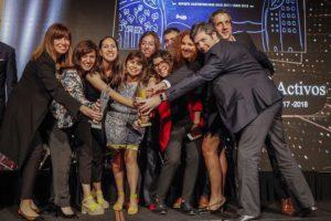 Ganadores de la edición Premios Eikon Cuyo 2019 recibiendo su estatuilla.